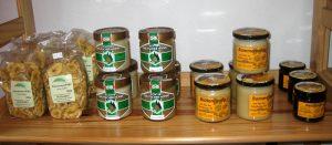 Regal mit Honiggläser